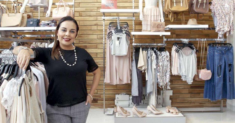 Natalia Reyes, de Ekono, posa en la sección de moda de la tienda