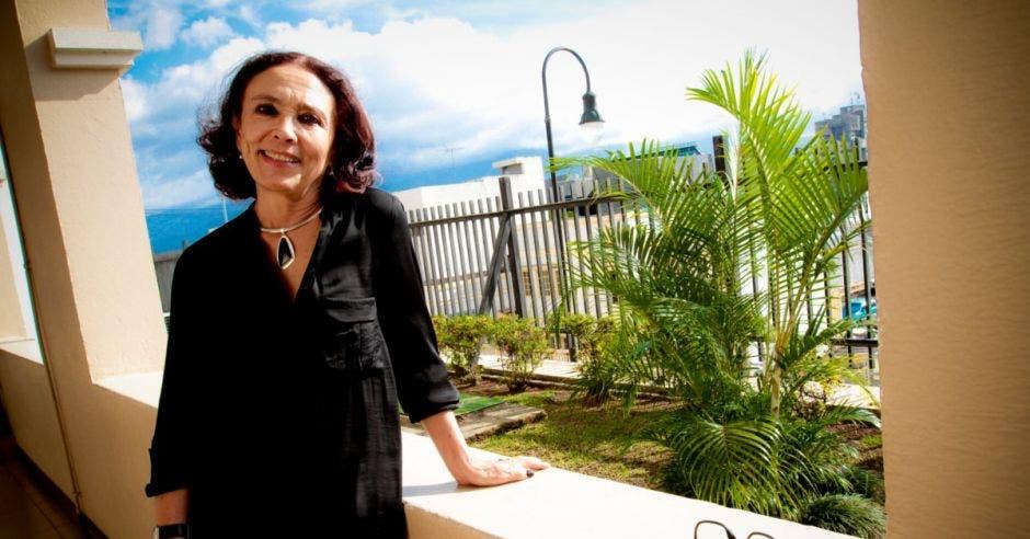 Frente Amplio defiende a Patricia Mora del gobierno