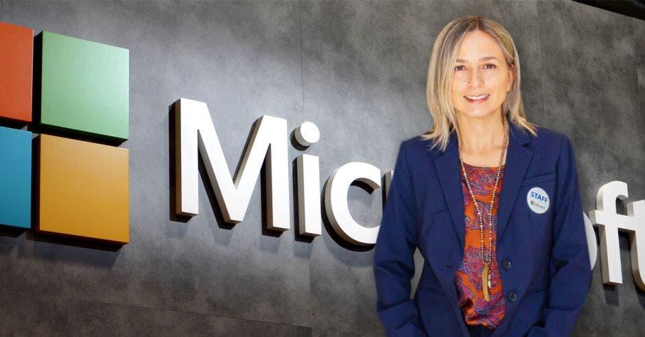 La gerente de Microsoft para Costa Rica sobre un fondo con el logo de la empresa