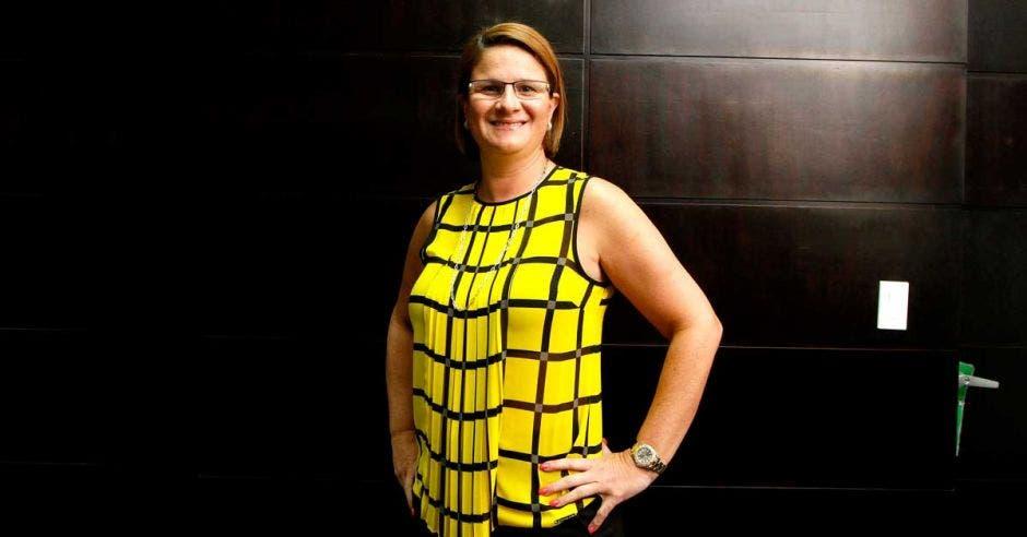 Sary Valverde, de Canatur, posa con una blusa amarilla