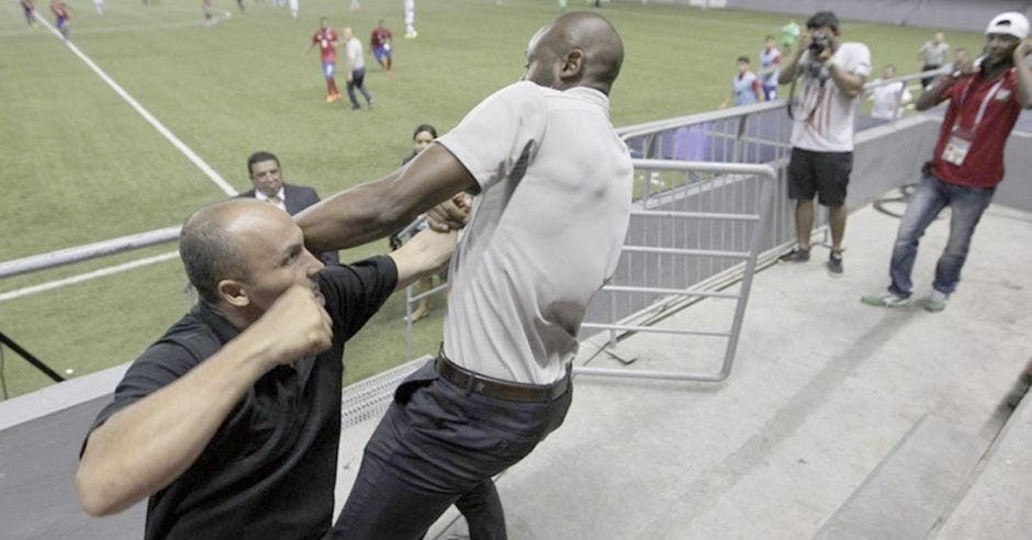 Su salida de la Selección se dio por una trifulca con un encargado de seguridad en Panamá al supuestamente intentar ingresar al terreno de juego en partido de la Preolímpica.