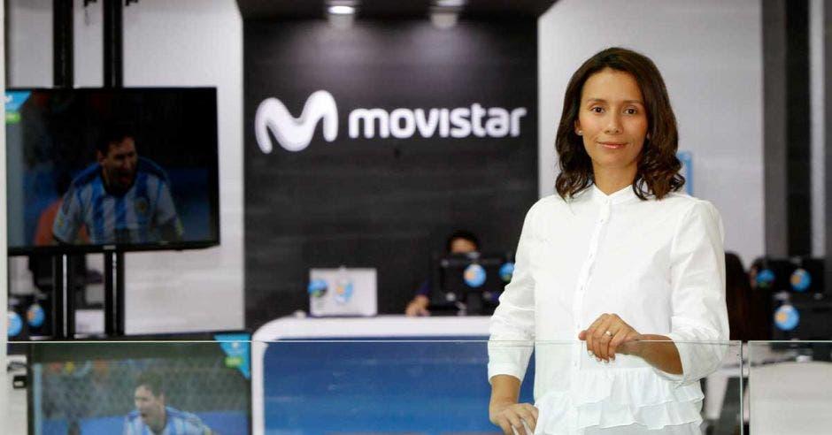 Karla Espinoza posa con una blusa blanca