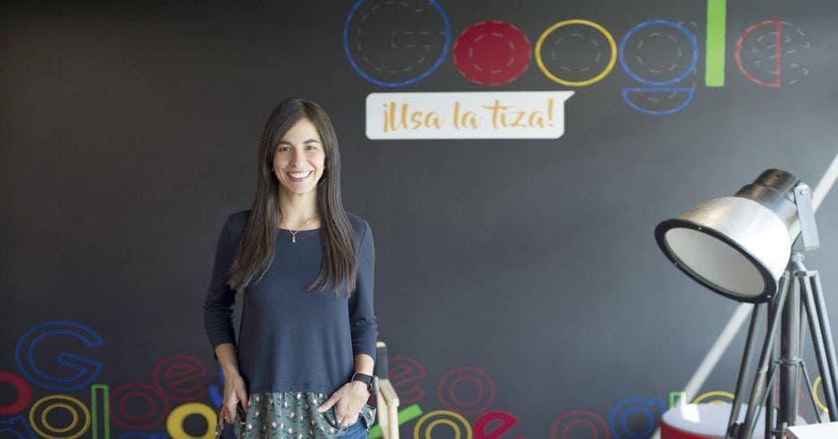 Tatiana Márquez posa en una oficina colorida