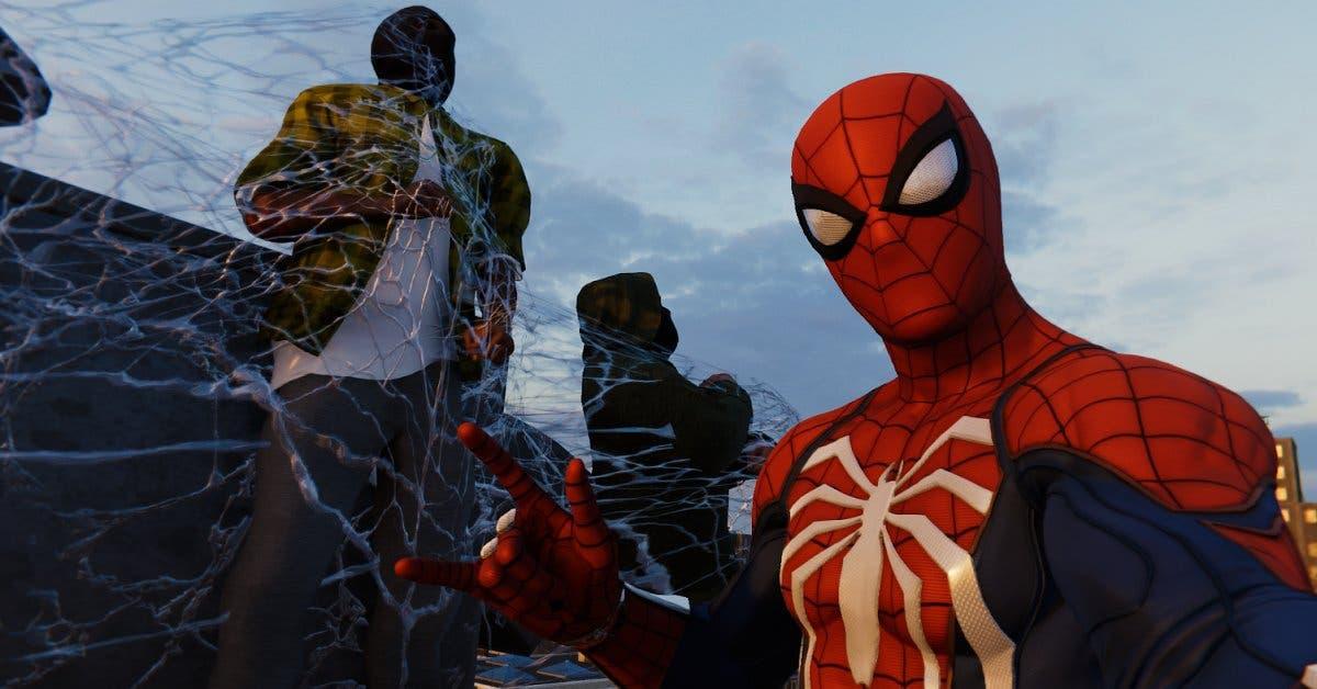 Spiderman atrapando en una telaraña a unos ladrones
