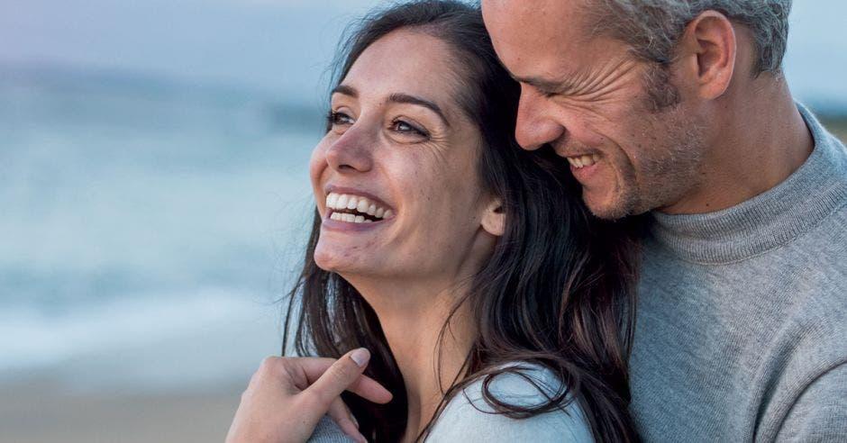 mujer sonriente pareja