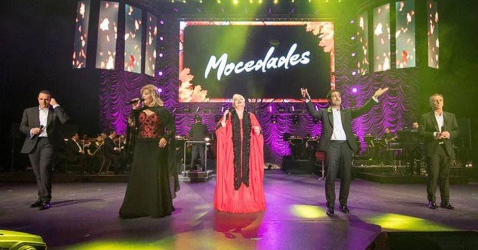 Los cuatro integrantes del grupo Mocedades que estarán en el país en tarima brindando uno de sus conciertos