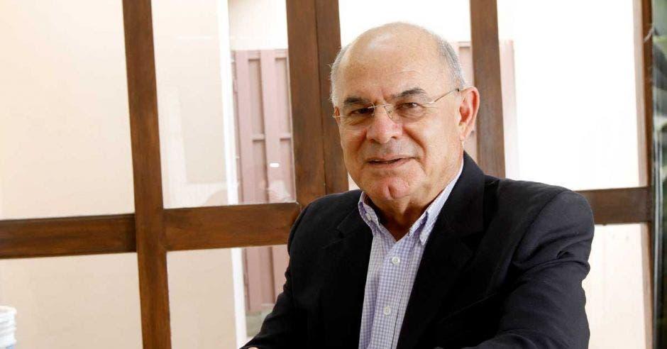 Abel Cahves sentado en su oficina frente a una ventana