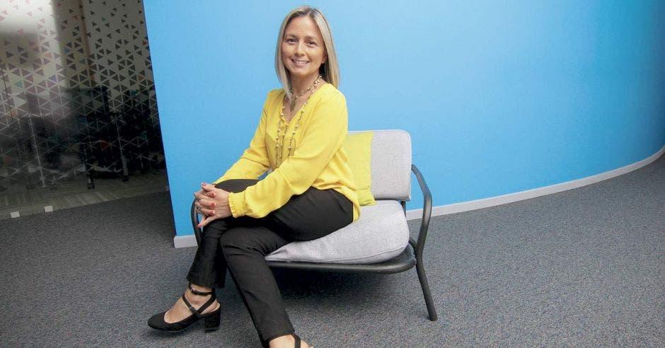 Ineke Geesink posa sobre una silla en las instalaciones de Microsoft