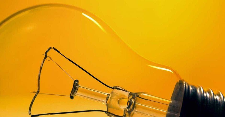 Un bombillo sobre un fondo amarillo
