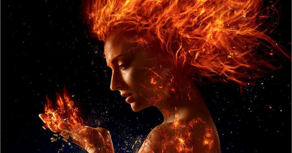 Jean Grey en llamas viendo su poder de Fénix
