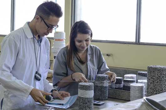 Dos estudiantes trabajan con concreto permeable