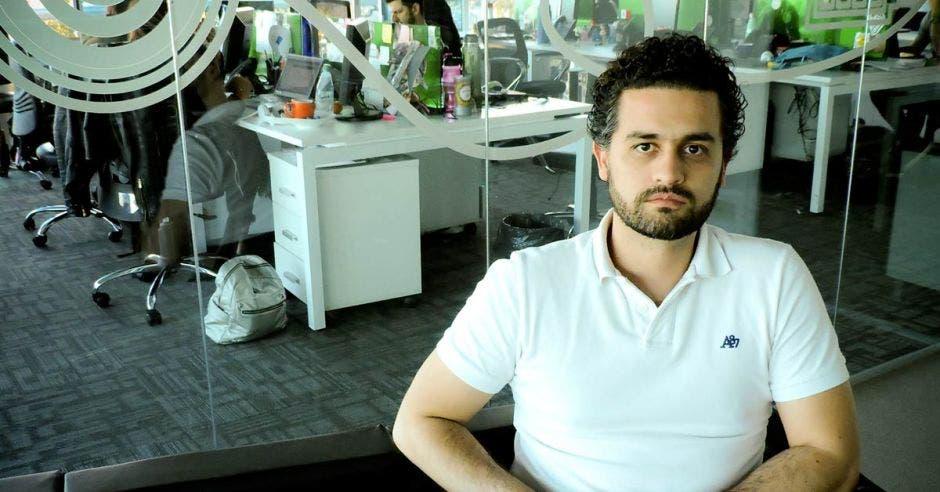 Camilo Gutiérrez posa en su oficina en la sede central de ESET