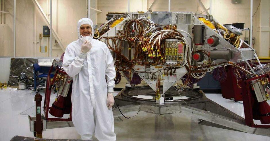 Joseph Mora trabajando en el sistema de propulsión de calor para la etapa de descenso en un cohete en el Laboratorio de Propulsión a Chorro de la NASA.