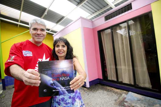 Bruce Callow y Ana Luisa Monge, autores del libro que recopila las hazañas de los ticos en la NASA.
