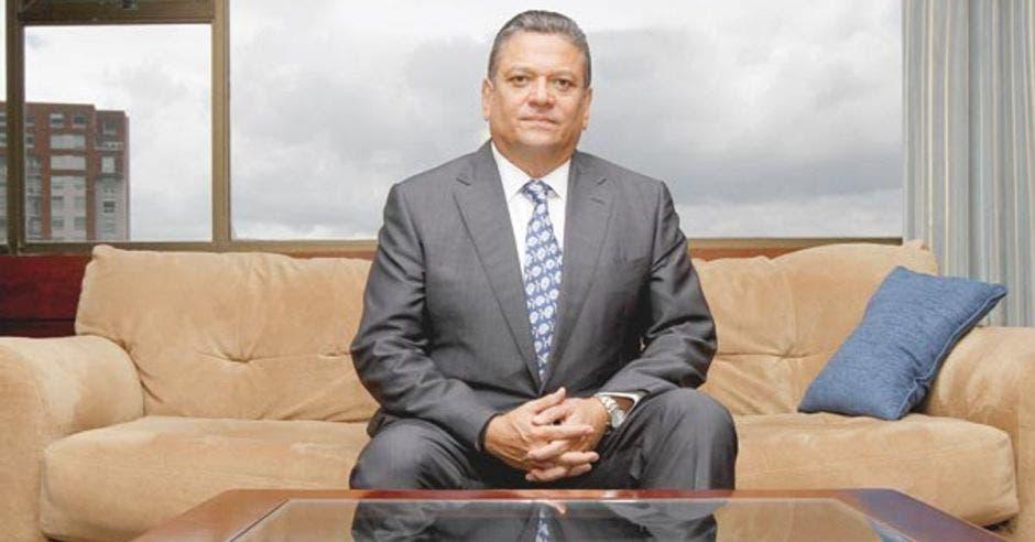 Johnny Araya sobr eun sillón en su despacho, ubicado en el centro de San José