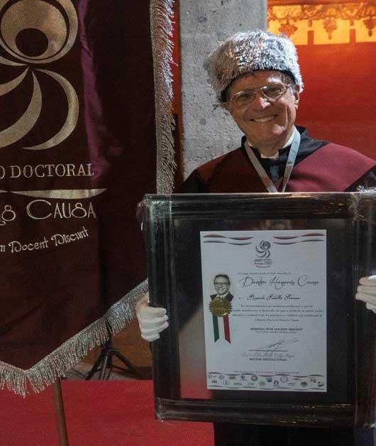 Ricardo Padilla, recibiendo el premio