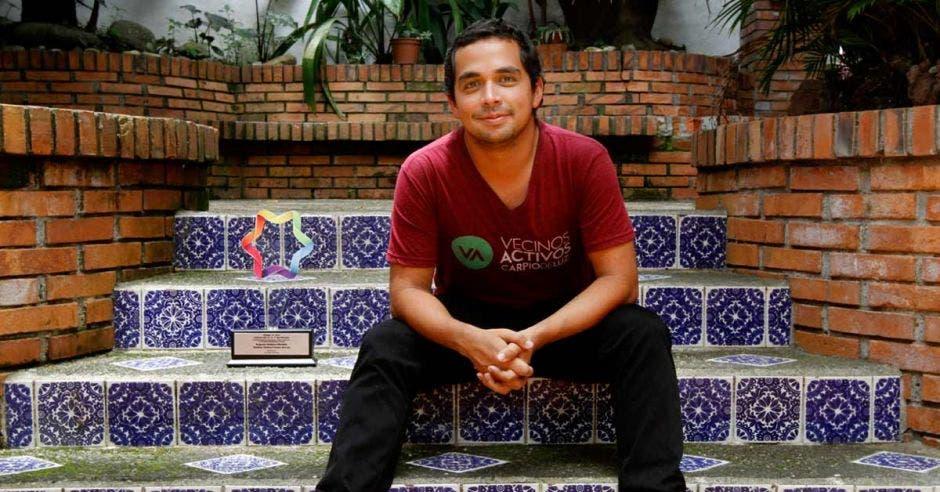 Augusto Bolaños posa junto a su premio