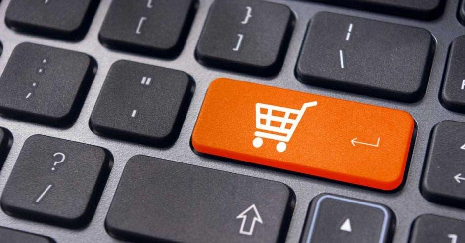 Un carrito de compras sobre un teclado
