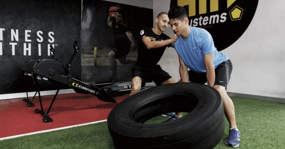 Luis Alonso Rodríguez, coordinador fitness de Gold's Gym Moravia, asegura la ejecución correcta de los ejercicios.