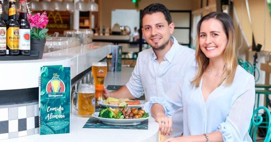 Nicole Illig y Eckardt Vanselow  con uno de los platillos del restaurante