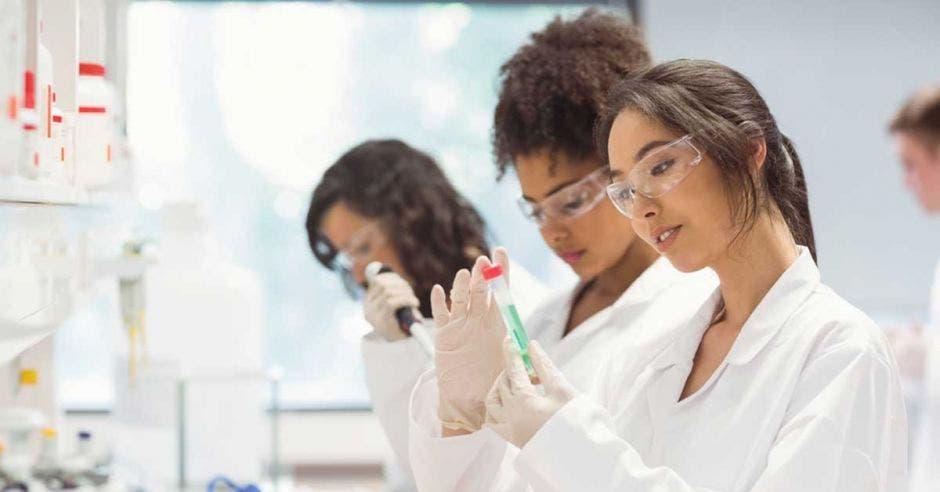 Una joven hace pruebas en un laboratorio