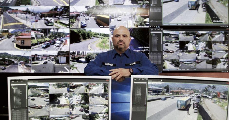Freddy Guillén posa en el centro de monitoreo de la Municipalidad de Escazú