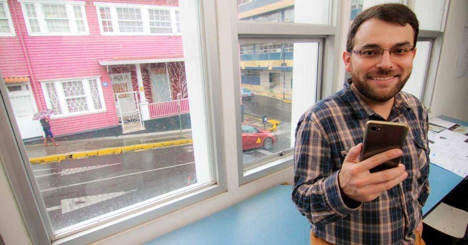 David Porras posa en su oficina, que tiene vista directa hacia Barrio Amón