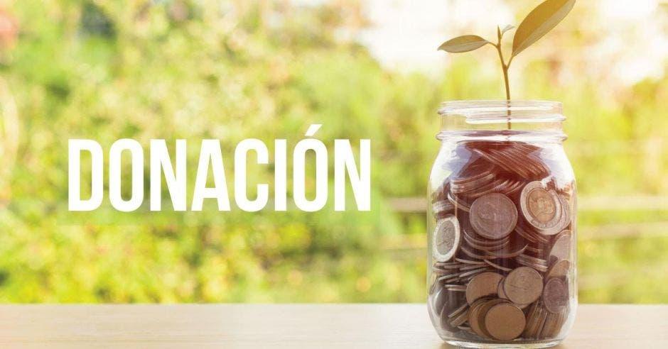 La palabra donación sobre un fondo con un tarro de monedas