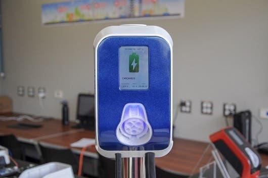 Cargador de color azul con un signo de batería