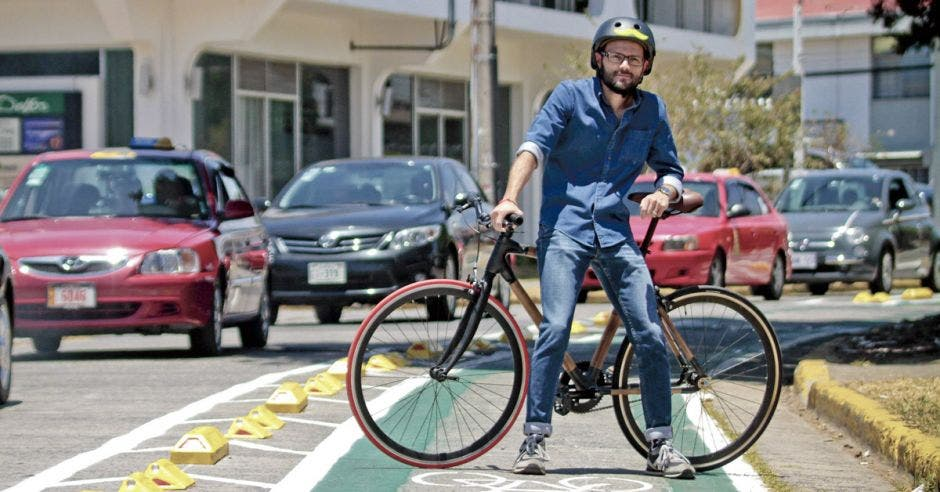 Roberto Guzmán posa con una bicicleta en la ciclovía