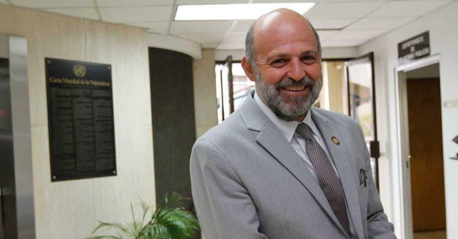 Carlos Manuel Rodríguez posa en las oficinas del Minae