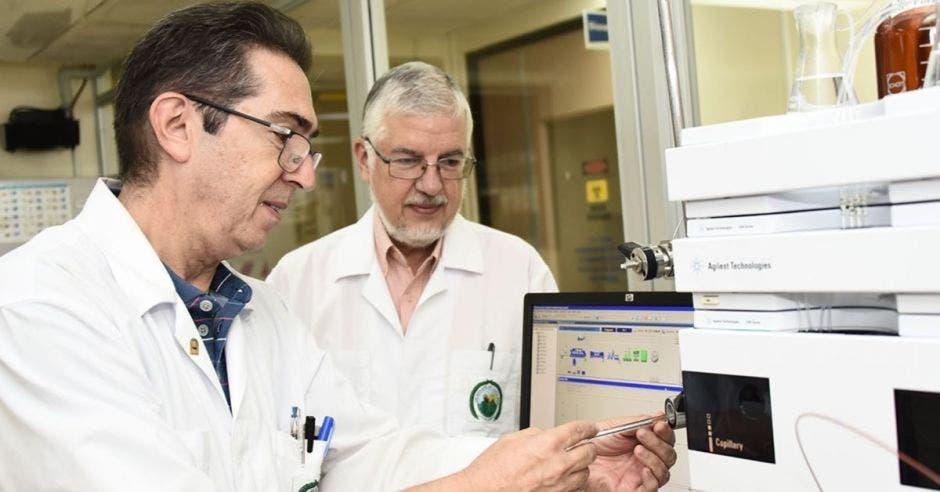 Los doctores Bruno Lomonte y José María Guitérrez aportaron en un hallazgo que abre nuevas perspectivas en la generación de antivenenos.