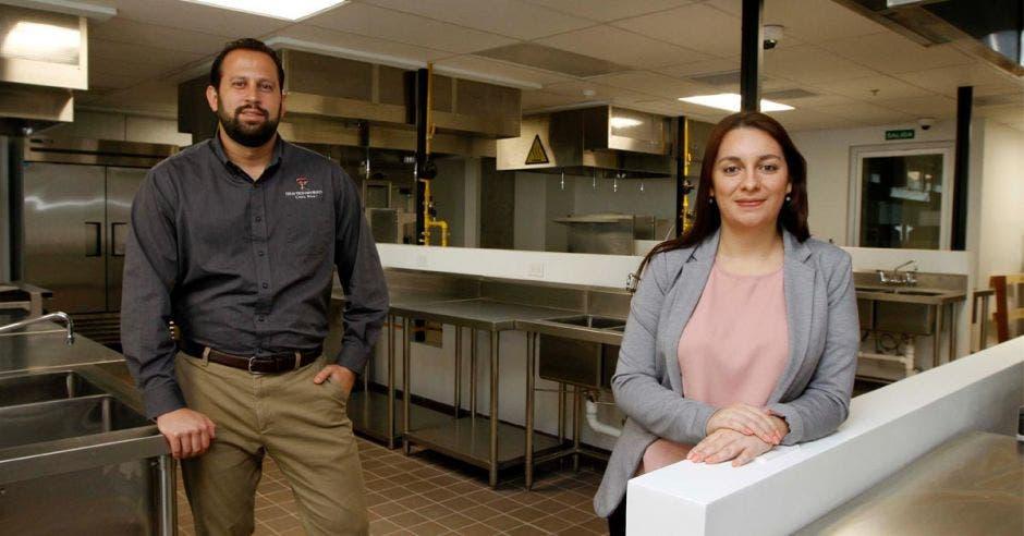 Laura Barrera, gerente de Marketing y Comunicaciones, acompañada de Gonzalo Alfaro, profesor de esa carrera en TTU-CR