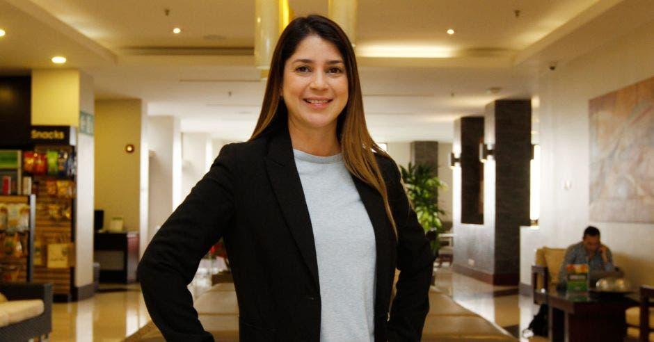 Ximena Loría posa en el lobby de un hotel