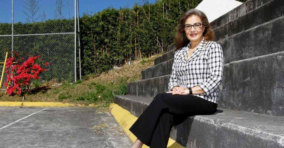 Sandra Cauffman sentada en unas escaleras