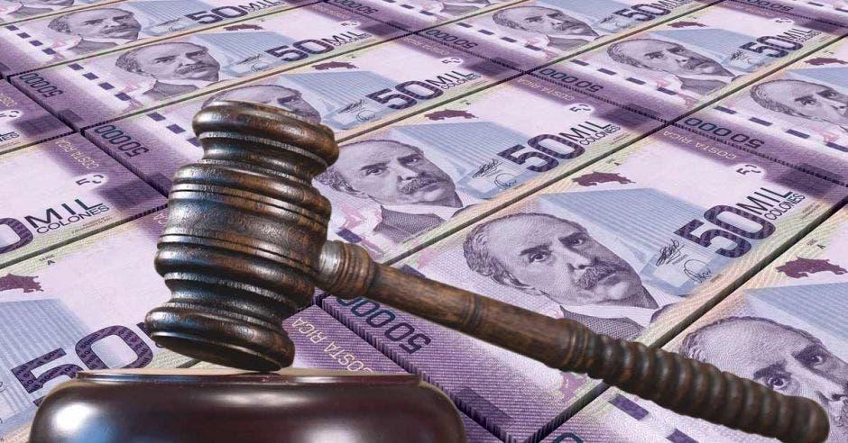 dinero y mazo de la justicia