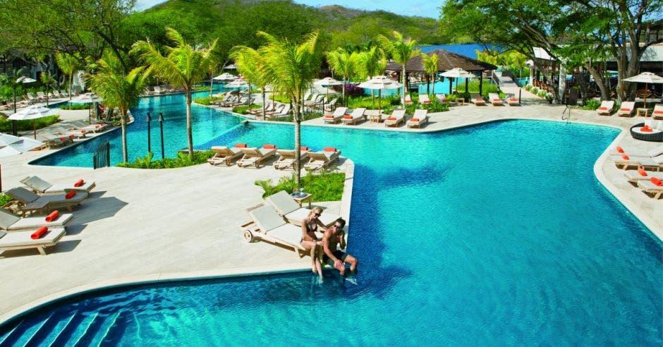 Una pareja disfrutando en una de las piscinas del hotel