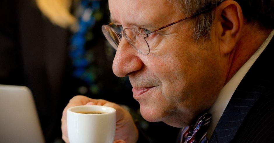 Toomas Ilves toma un café