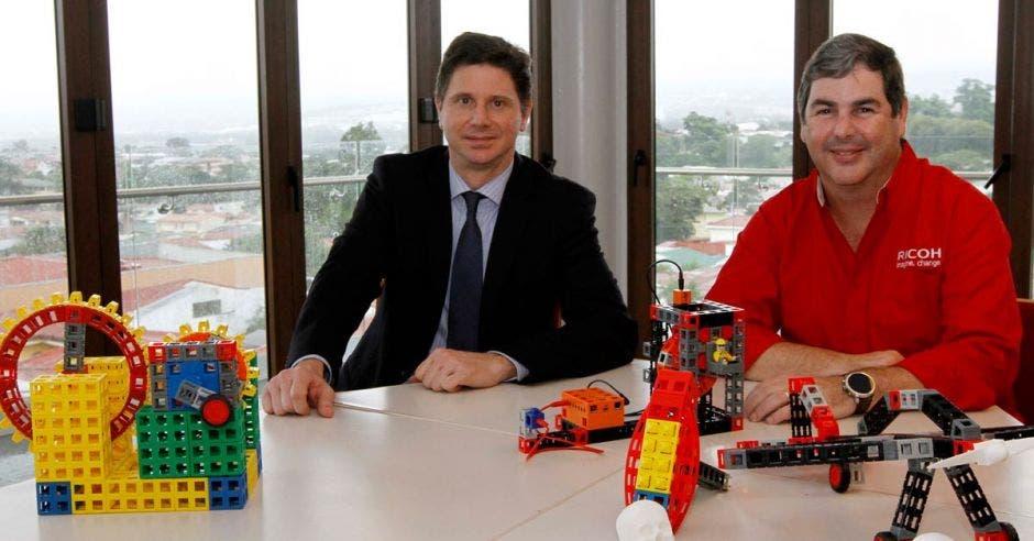 Hernán Quirós gerente general de Ricoh Costa Rica, junto a Fernando Maroniene, vicepresidente de Marketing de Ricoh Latinoamérica