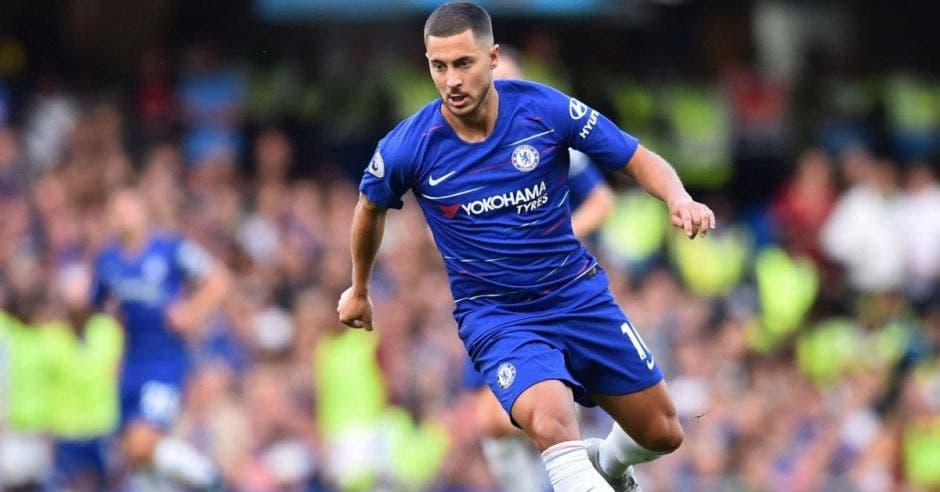 Edden Hazard con la camisa del Chelsea en medio partido