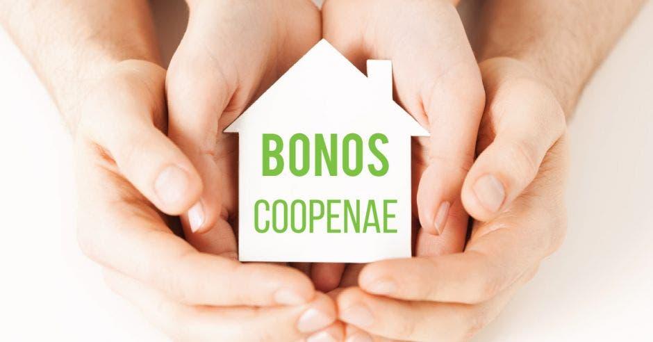 Dos manos alrededor del logo de Coopenae