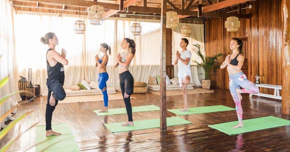 Varias mujeres y un hombre en una sesión de yoga