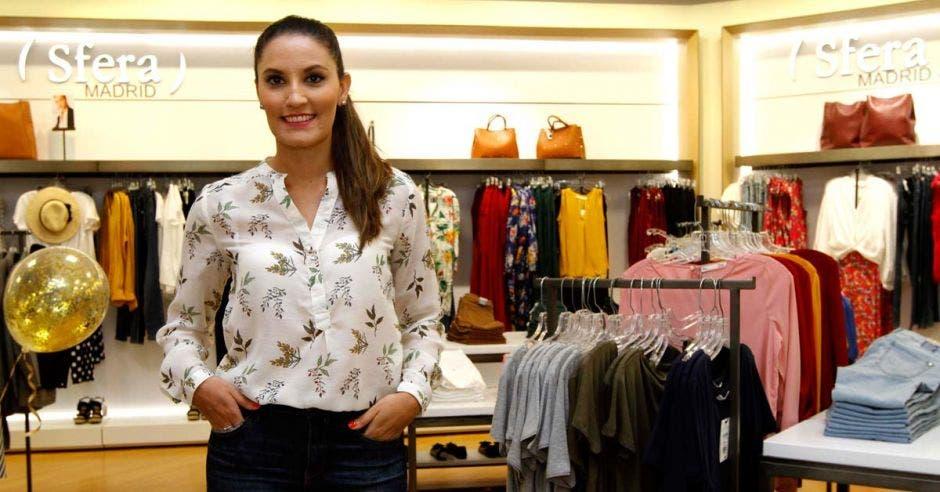 La gerente Viviana Zamora en la tienda