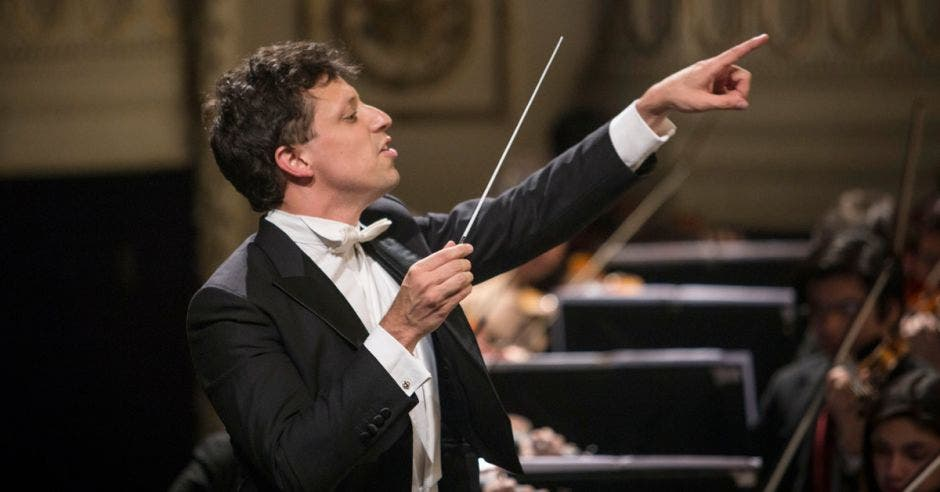 Paolo Bortolameolli dirigiendo un concierto