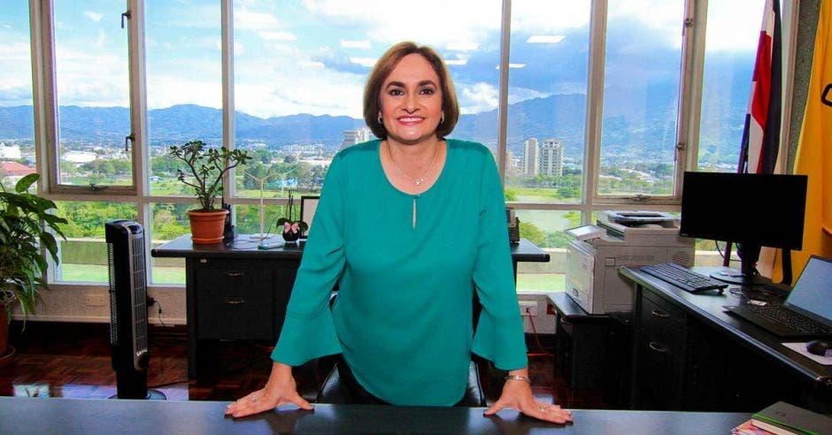 Irene Cañas en su oficina en el ICE