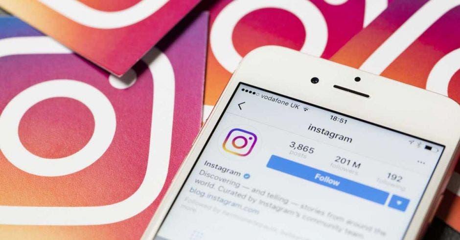 Un celular con Instagram abierto