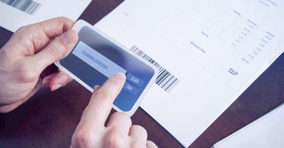 Persona realizando una factura electrónica
