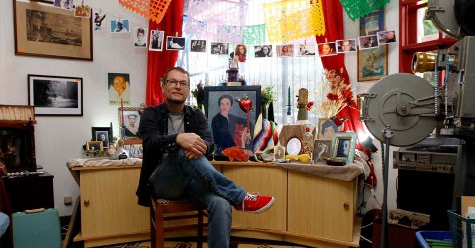 El creador del proyecto Alfredo González con los productos que ofrece de fondo
