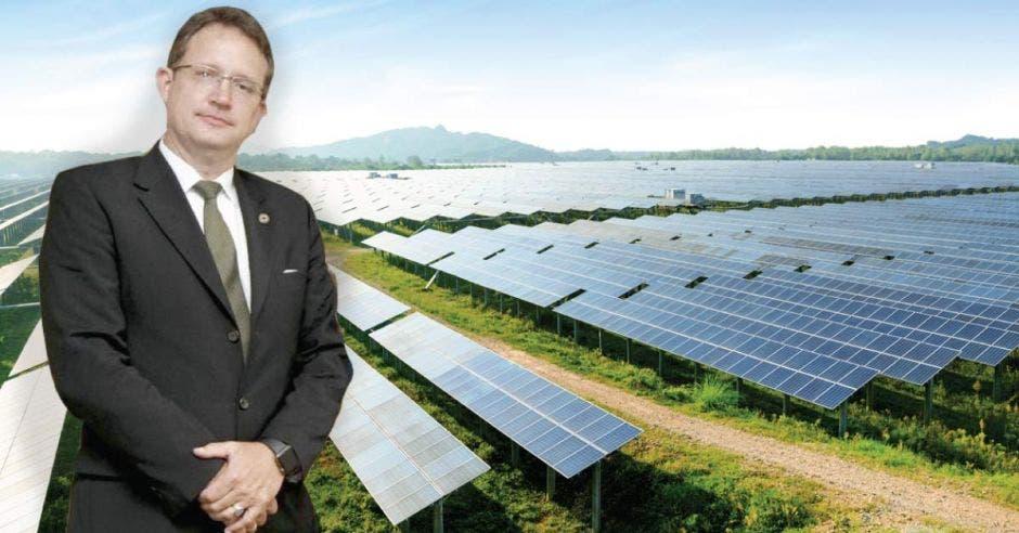 Dirk Niehaus sobre un fondo de paneles solares