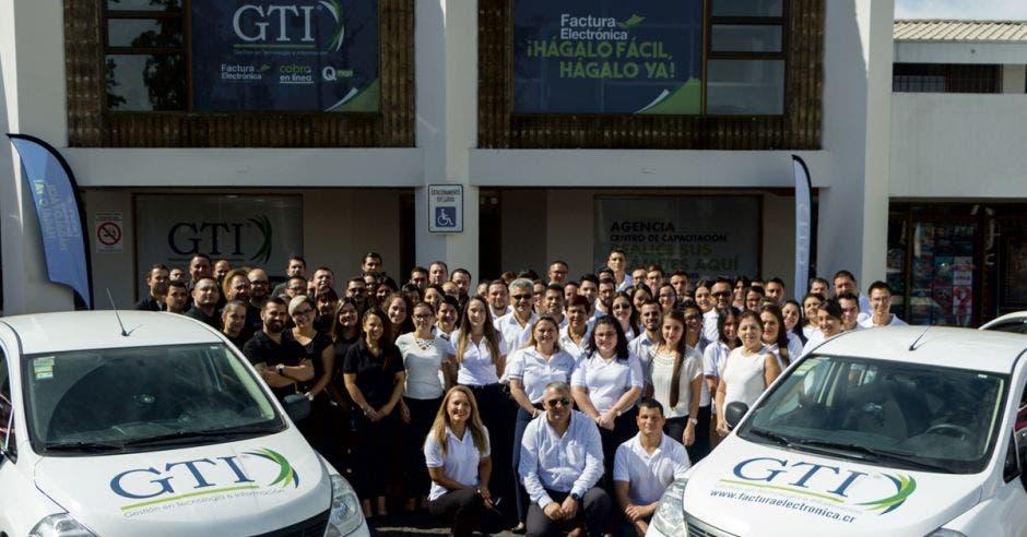 Empleados de GTI posan frente a las instalaciones de la empresa